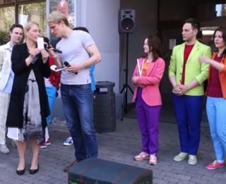Video: Rīgas Krievu teātris sezonu noslēdz ar tradicionālo zibakciju Vecrīgā