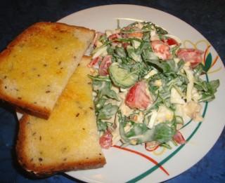 Rukolas salāti ar tomātiem un olu