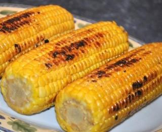 Grilēta kukurūza piknikam