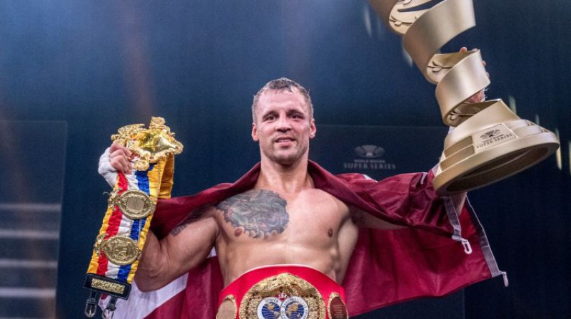 Mairis Briedis ar iegūtajiem tituliem. Foto: World Boxing Superseries