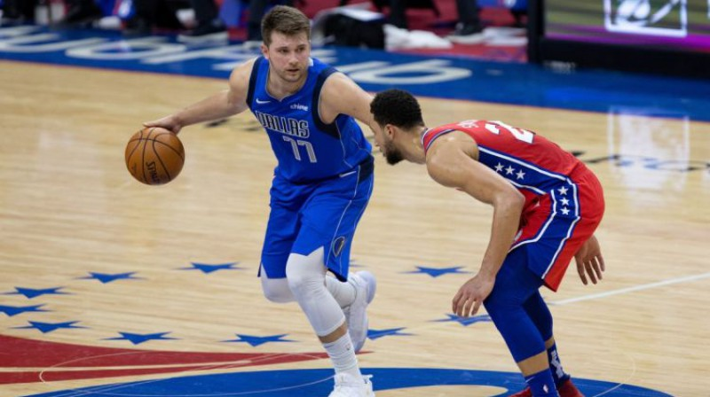 Luka Dončičs pret Benu Simonsu. Foto: USA TODAY Sports/Scanpix.ee
