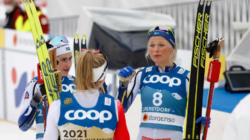 E.Andersone (no kreisās) un F.Karlsone sarunā ar T.Juhaugu. Foto: Bjørn Langsem