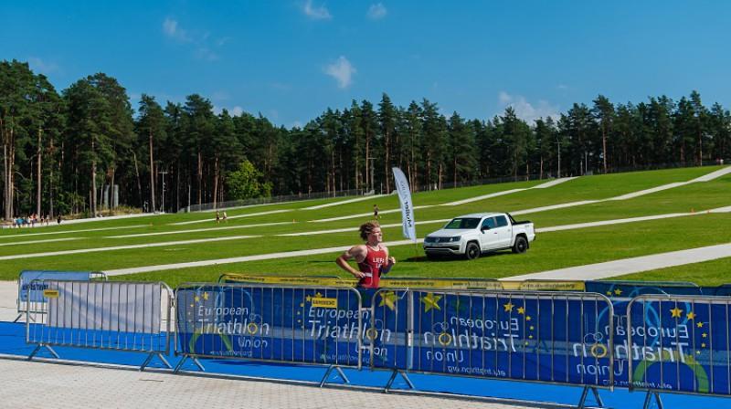 A.Liepa 2020.gada augustā Eiropas kausā junioriem finišē  9.vietā Mežaparka Lielās estrādes pakājē. Foto: Latvijas trialtona federācija/Edgars Šturcs..