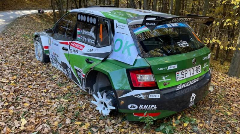 Ungāru ekipāža pēc avārijas. Foto: FIA ERC