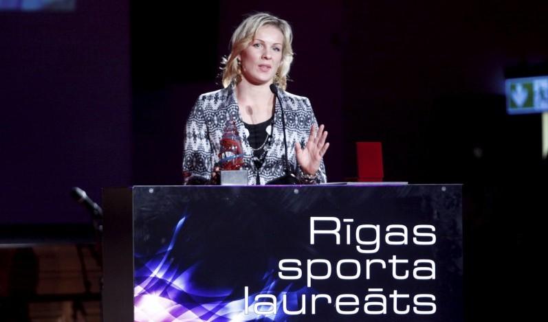 """""""Rīgas Sporta laureātā"""" cīkstone Skujiņa pārspēj WNBA čempioni"""