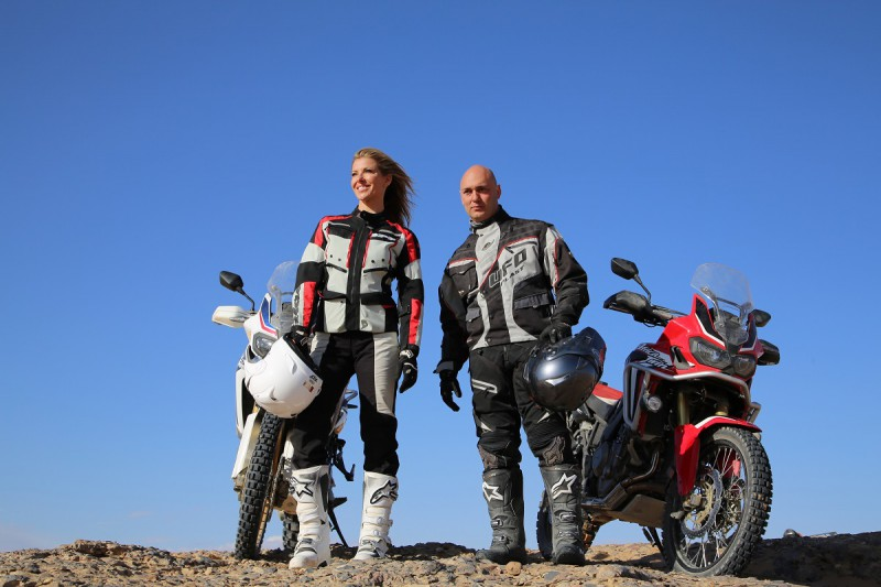 """Vai daiļa modele ar """"Honda"""" motociklu spēj izbraukt Dakaras rallija trasi?"""