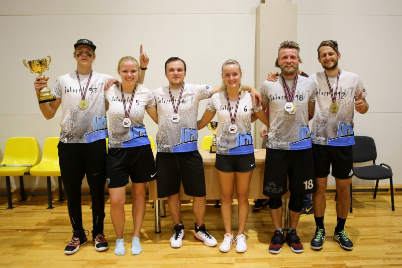 """""""Salaspils MIX"""" dramatiskā cīņā kļūst par Latvijas pirmajiem telpu čempioniem frisbijā"""