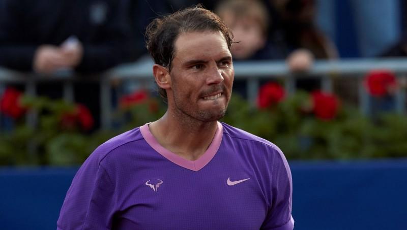 Nadals atkal zaudē vienā setā, taču Barselonas čempionu duelī pieveic Nišikori