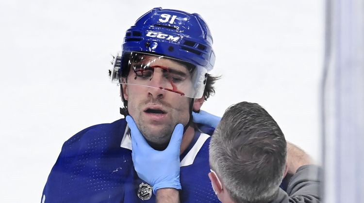 """Toronto """"Maple Leafs"""" kapteinis Tavaress pēc šaušalīgās sadursmes izrakstīts no slimnīcas"""