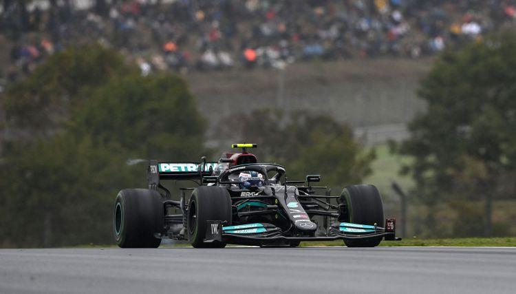 Botasam sezonas pirmā uzvara, Hamiltons pēc vēla pitstopa finišē piektais